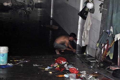 TPHCM: Trắng đêm hút nước cứu hầm cao ốc sau mưa lịch sử - 4