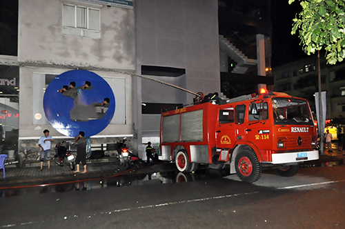 TPHCM: Trắng đêm hút nước cứu hầm cao ốc sau mưa lịch sử - 2