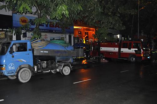 TPHCM: Trắng đêm hút nước cứu hầm cao ốc sau mưa lịch sử - 8