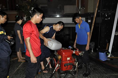 TPHCM: Trắng đêm hút nước cứu hầm cao ốc sau mưa lịch sử - 6