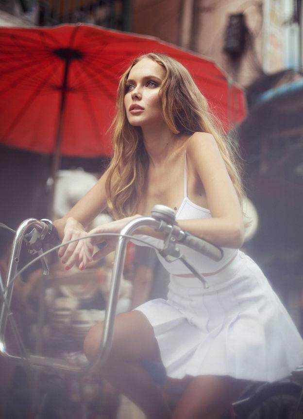 Hotgirl nóng bỏng tung hoành đường phố Bangkok - 1