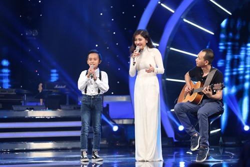 Hồ Văn Cường quên lời, hụt hơi khi hát trên sóng truyền hình - 1