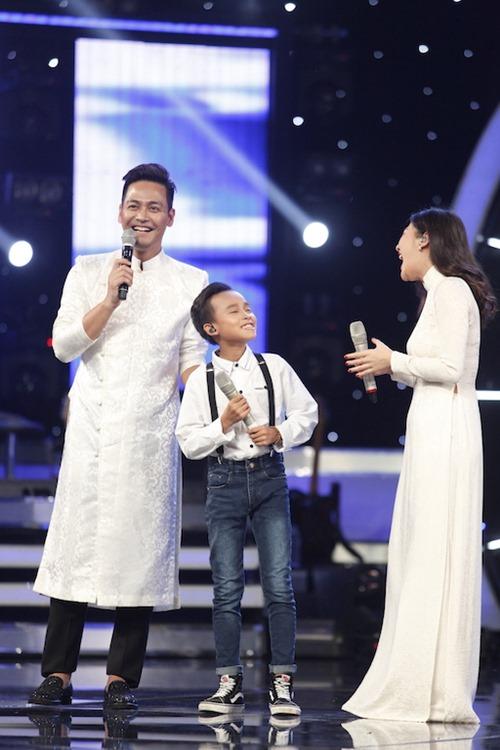 Hồ Văn Cường quên lời, hụt hơi khi hát trên sóng truyền hình - 4