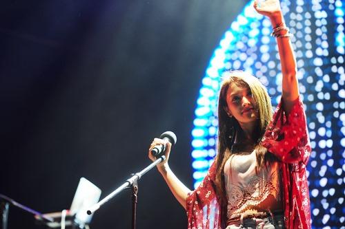 Fan Việt đội mưa hát cùng cựu trưởng nhóm Kara - 1