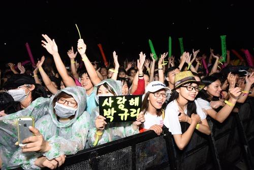 Fan Việt đội mưa hát cùng cựu trưởng nhóm Kara - 4