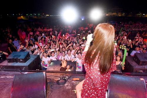 Fan Việt đội mưa hát cùng cựu trưởng nhóm Kara - 2