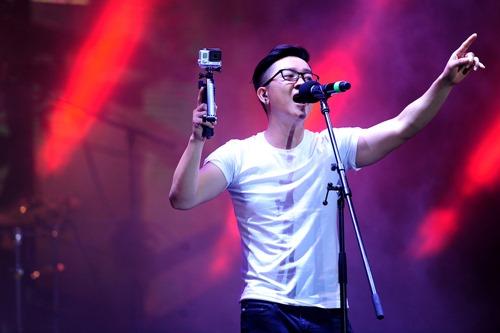 Fan Việt đội mưa hát cùng cựu trưởng nhóm Kara - 11