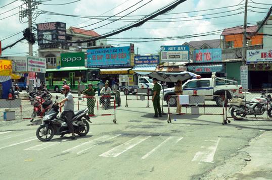 """Cận cảnh vết sụt lún khổng lồ """"nuốt cầu"""" ở Sài Gòn - 3"""