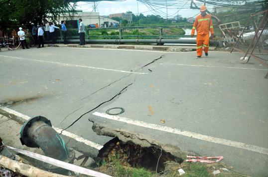 """Cận cảnh vết sụt lún khổng lồ """"nuốt cầu"""" ở Sài Gòn - 8"""