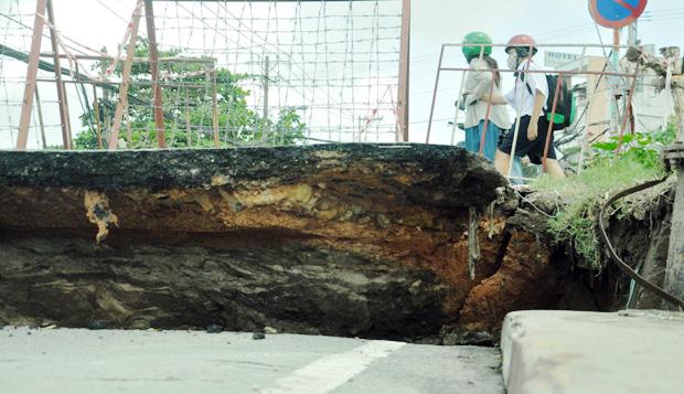 """Cận cảnh vết sụt lún khổng lồ """"nuốt cầu"""" ở Sài Gòn - 5"""