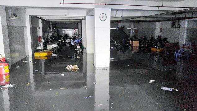 """Cận cảnh vết sụt lún khổng lồ """"nuốt cầu"""" ở Sài Gòn - 12"""