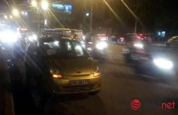 CSGT lấy thân che cho tài xế taxi bị côn đồ hành hung - 1