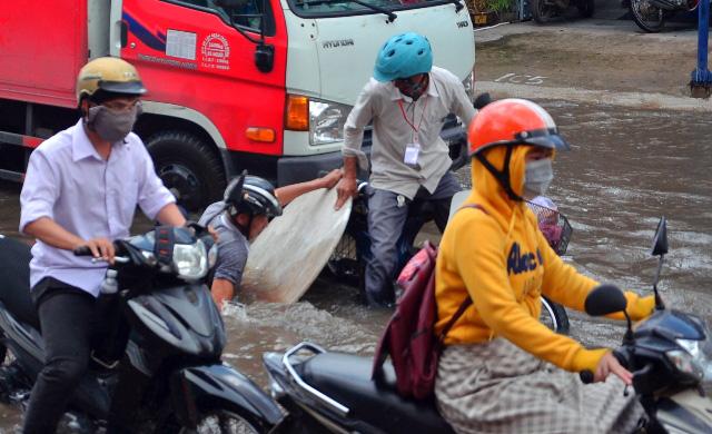 Triều cường bất ngờ xuất hiện giữa trưa ở Sài Gòn - 1