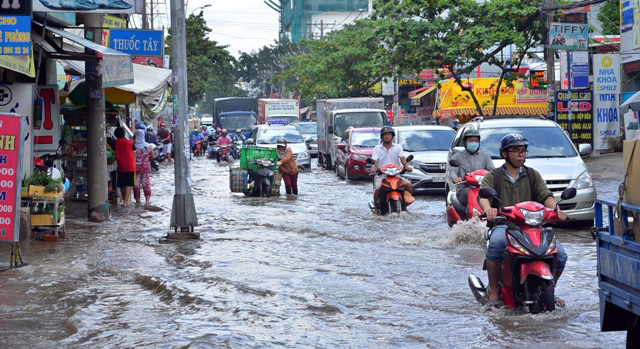Triều cường bất ngờ xuất hiện giữa trưa ở Sài Gòn - 2