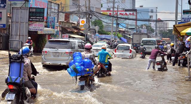 Triều cường bất ngờ xuất hiện giữa trưa ở Sài Gòn - 3