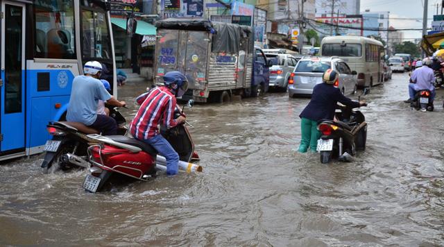 Triều cường bất ngờ xuất hiện giữa trưa ở Sài Gòn - 5