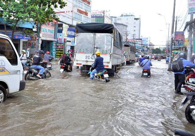 Triều cường bất ngờ xuất hiện giữa trưa ở Sài Gòn - 4