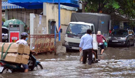 Triều cường bất ngờ xuất hiện giữa trưa ở Sài Gòn - 8