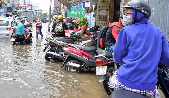 Triều cường bất ngờ xuất hiện giữa trưa ở Sài Gòn - 6