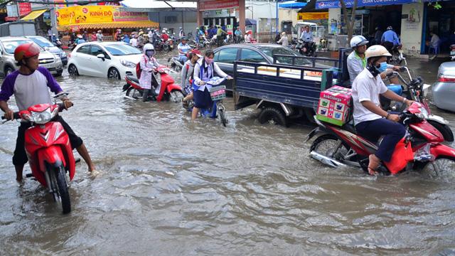 Triều cường bất ngờ xuất hiện giữa trưa ở Sài Gòn - 7