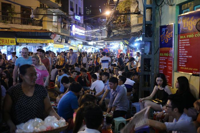 """Cảnh đối lập trước và sau """"giờ giới nghiêm"""" ở Hà Nội - 1"""
