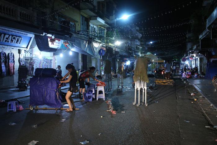 """Cảnh đối lập trước và sau """"giờ giới nghiêm"""" ở Hà Nội - 7"""