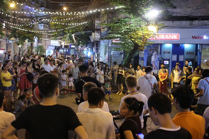 """Cảnh đối lập trước và sau """"giờ giới nghiêm"""" ở Hà Nội - 4"""