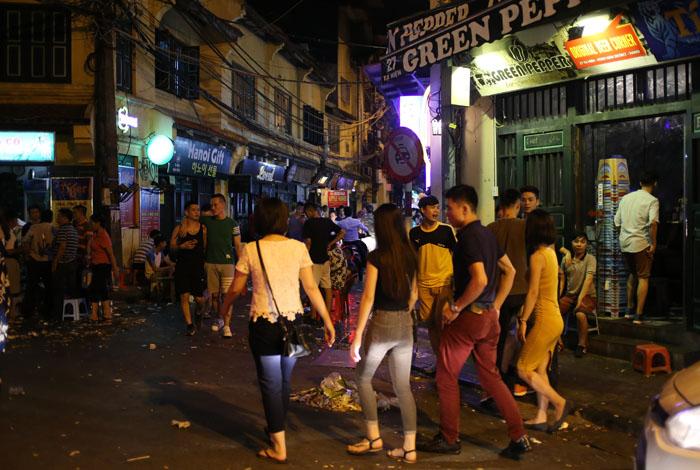 """Cảnh đối lập trước và sau """"giờ giới nghiêm"""" ở Hà Nội - 8"""