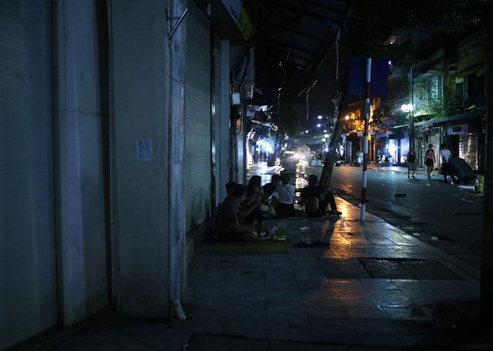 """Cảnh đối lập trước và sau """"giờ giới nghiêm"""" ở Hà Nội - 12"""