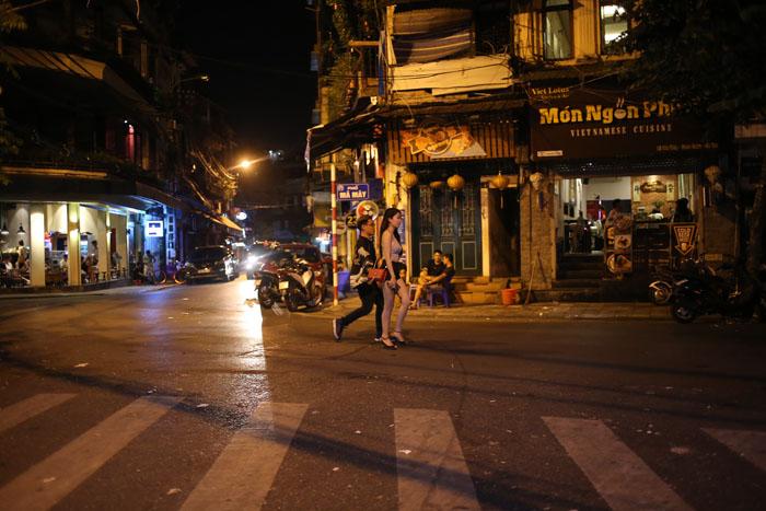 """Cảnh đối lập trước và sau """"giờ giới nghiêm"""" ở Hà Nội - 13"""