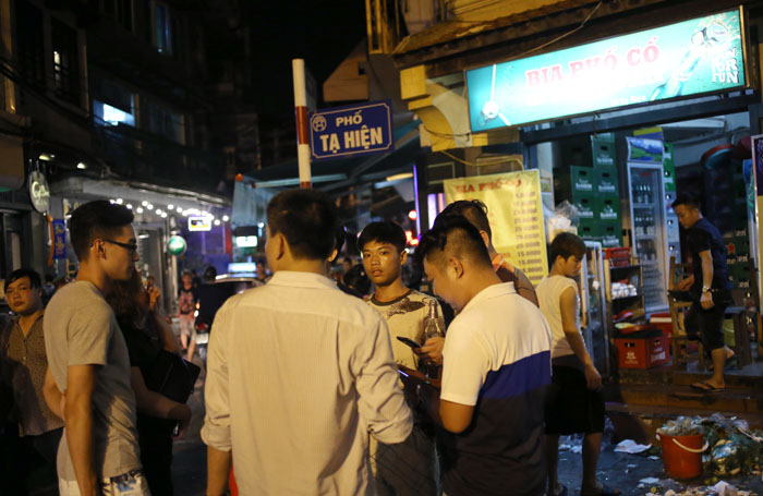 """Cảnh đối lập trước và sau """"giờ giới nghiêm"""" ở Hà Nội - 10"""