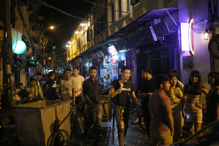 """Cảnh đối lập trước và sau """"giờ giới nghiêm"""" ở Hà Nội - 9"""