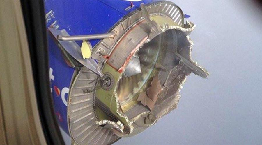 Mỹ: Boeing chở 99 người bị nổ động cơ trên không - 1