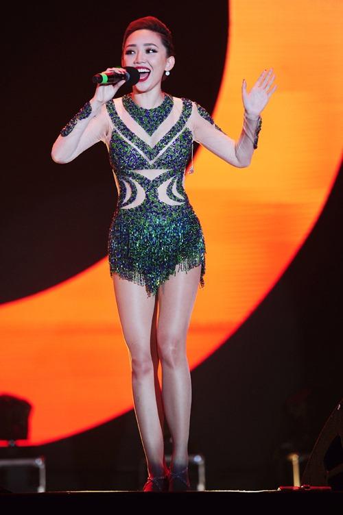 Tóc Tiên vẫn hát, nhảy sung dù bị rách áo trên sân khấu - 1