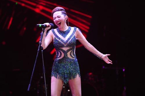 Tóc Tiên vẫn hát, nhảy sung dù bị rách áo trên sân khấu - 4