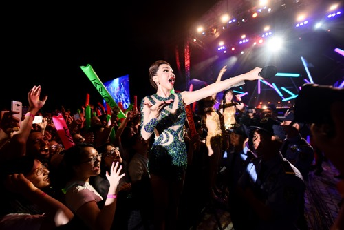 Tóc Tiên vẫn hát, nhảy sung dù bị rách áo trên sân khấu - 2