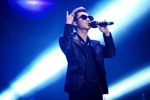 Tóc Tiên vẫn hát, nhảy sung dù bị rách áo trên sân khấu - 7