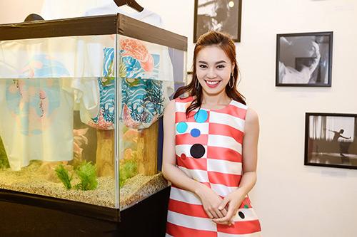 Chân dài Trang Khiếu ngâm váy áo trong… bể cá - 2