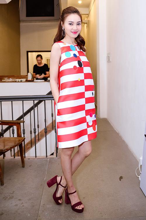 Chân dài Trang Khiếu ngâm váy áo trong… bể cá - 3