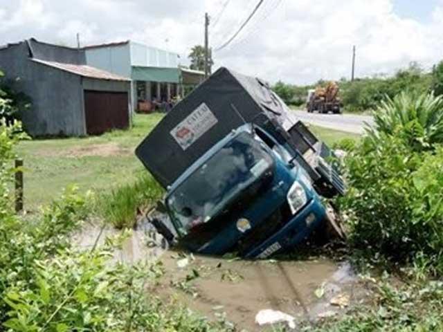 """Tránh """"ma men"""", xe tải lao xuống ao như phim - 1"""