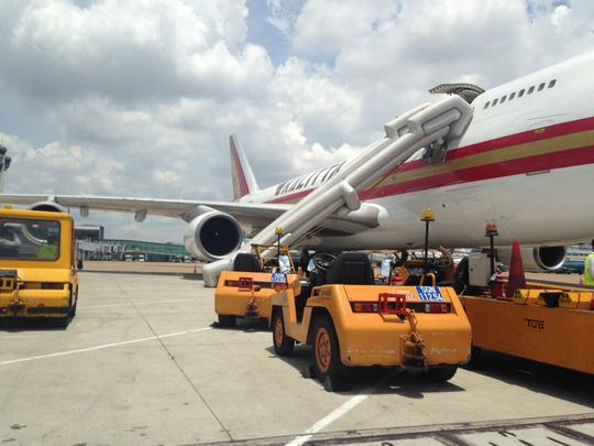 Máy bay bung phao trượt chuyến khai trương đến Tân Sơn Nhất - 1