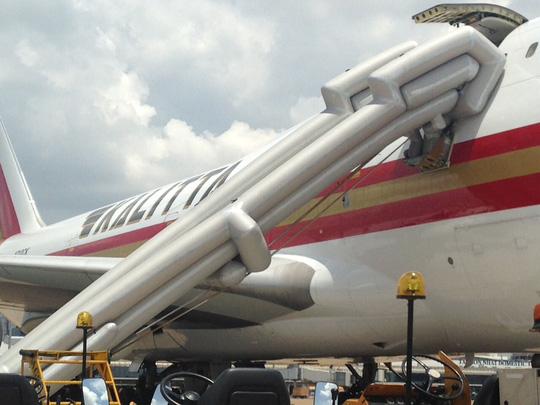 Máy bay bung phao trượt chuyến khai trương đến Tân Sơn Nhất - 3