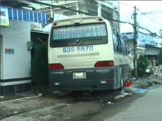 Xe hành hương gặp nạn trên đường đến nhà thờ - 1