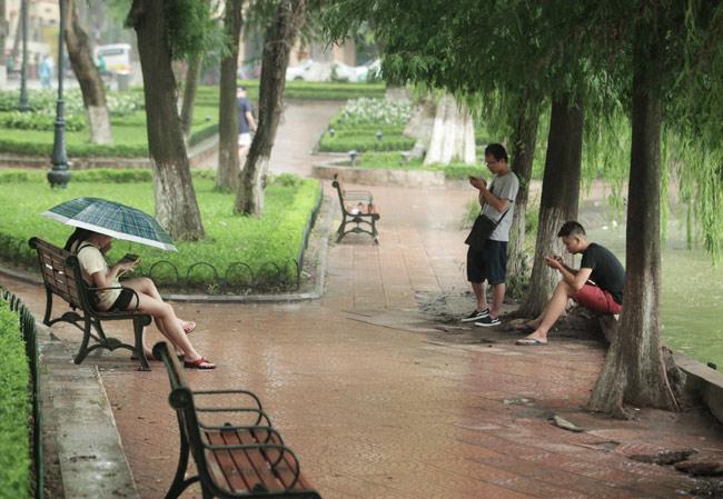 """Bới nát"" Hồ Gươm săn Pokémon: ""Dân chơi"" sợ gì mưa rơi! - 7"