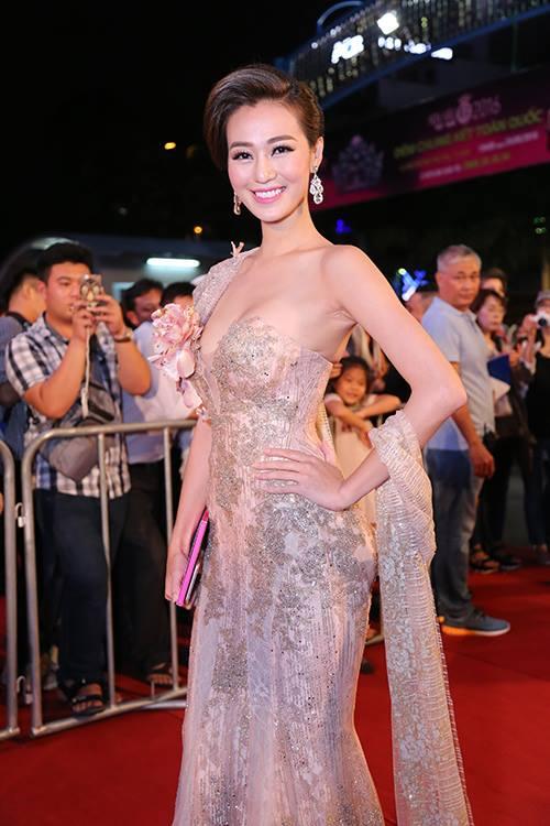 Sao Vbiz nô nức đổ về thảm đỏ Chung kết Hoa hậu VN - 11