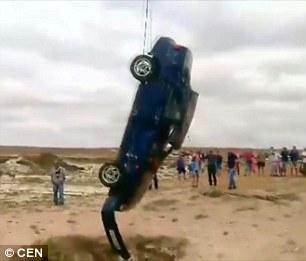 """Ô tô cắm đầu xuống hố sâu 30m, tài xế tìm thấy """"cửa sống"""" thần kỳ - 5"""
