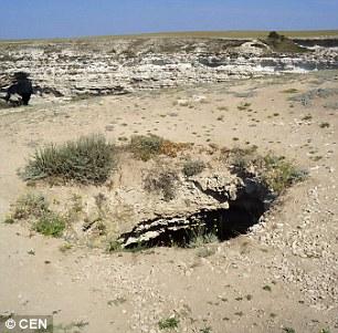 """Ô tô cắm đầu xuống hố sâu 30m, tài xế tìm thấy """"cửa sống"""" thần kỳ - 2"""