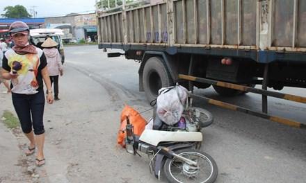 Ô tô tải kéo lê xe máy 30m, một phụ nữ tử vong - 1