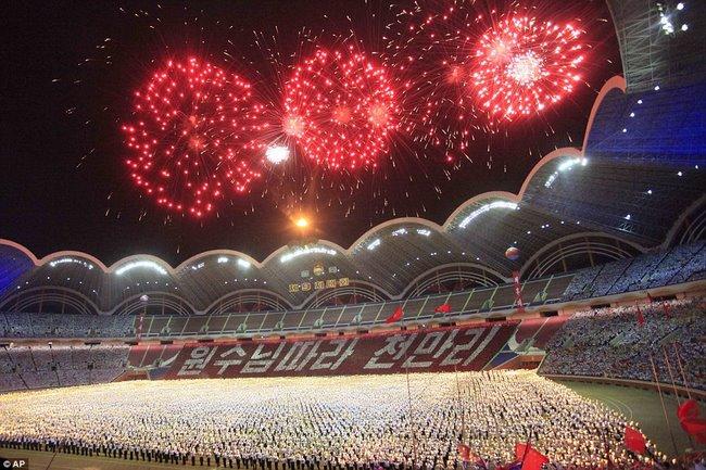 Video 15 vạn người vỗ tay hò reo như sấm đón Kim Jong-un - 2