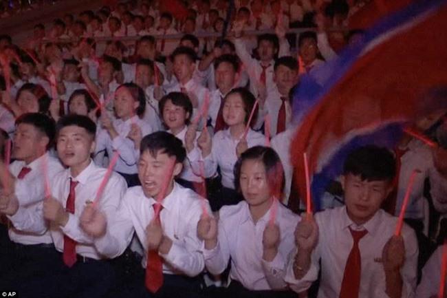 Video 15 vạn người vỗ tay hò reo như sấm đón Kim Jong-un - 1